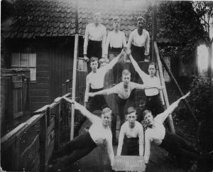 Ongeveer 1930, Een groep jongens turnde thuis aan de Veerweg